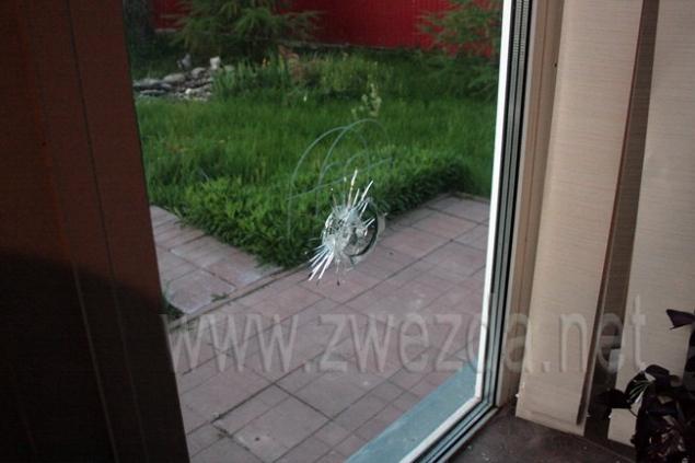 Дом обстреляли с улицы.