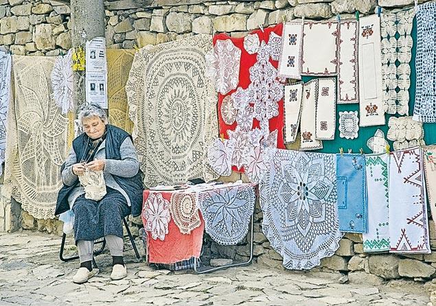 В деревнях остались одни старики - молодежь уехала в Европу искать лучшей жизни.