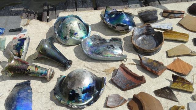 Как обычно, под руки попалось множество стеклышек и черепков самых разных эпох.
