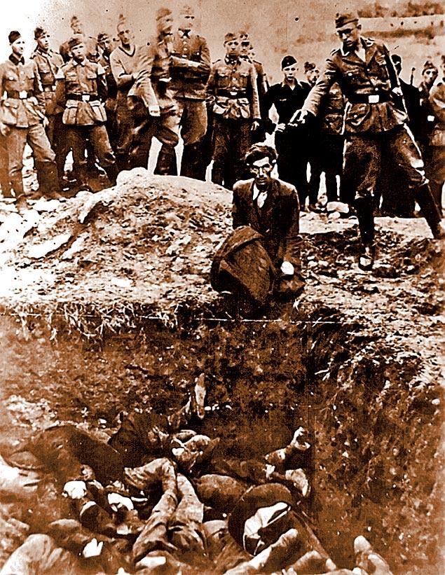 Фото сделано в 1942 году в украинской Виннице: эсэсовец из карательной «Айнзатцгруппе» расстреливает еврея на краю братской могилы, уже наполовину заполненной телами жертв. Сотрудники СМЕРШа такими делами не занимались.