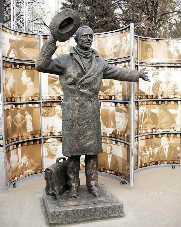 Памятник киногерою комедии Эльдара Рязанова украсил привокзальную площадь Самары