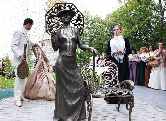 Дама с ракеткой украшает сквер возле драмтеатра