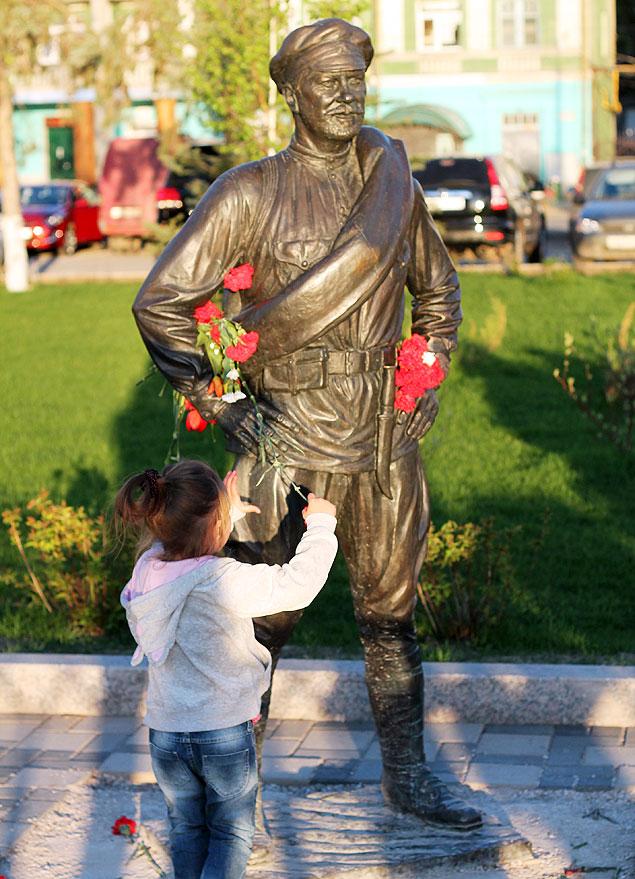 А к новому памятнику Товарищу Сухову самарцы несут цветы...