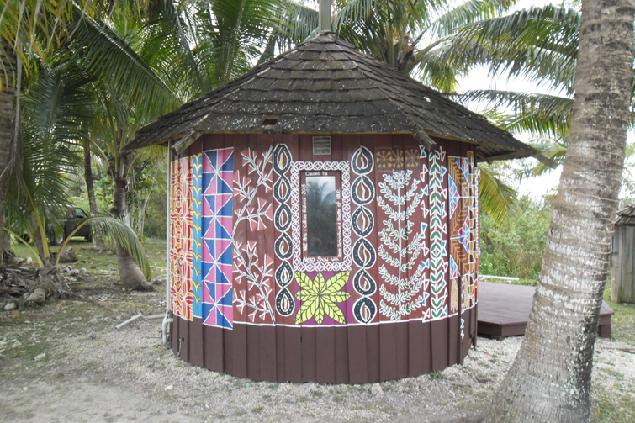Симпатичное придорожное кафе на острове Ниуэ. Но случайно завалявшаяся в трюме банка сгущенки Невзоровых почему-то порадовала больше местной пищи.