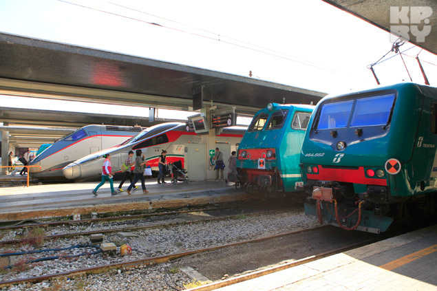 Быстрые поезда (на заднем плане) стоят дороже, зато разгоняются до 250 км/ч.