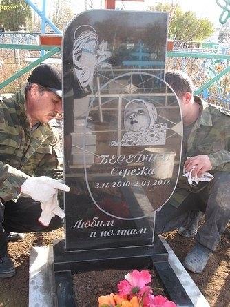 В Шахтах установили памятник малышу, погибшему от рук матери-садистки.