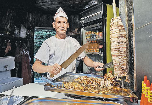 На вопрос, что за мясо и откуда, продавцы шаурмы загадочно отвечают: «Это куры из цеха».