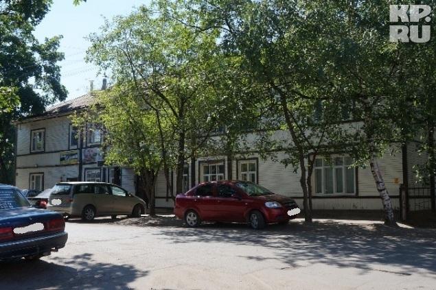У здания всегда припаркованы дорогие иномарки