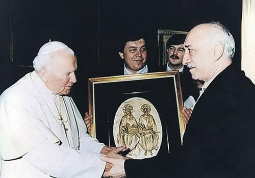 1998 год. Фетхуллах Гюлен (справа) встречается с Папой Римским Иоанном Павлом II. Эксперты убеждены, что Гюлен строит свою исламскую секту-империю по образу католической церкви.