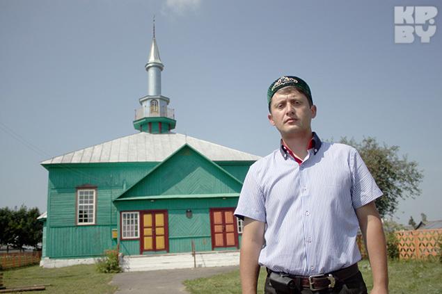 Возглавляет татарскую общину в Ивье молодой учитель - Адам Радецкий