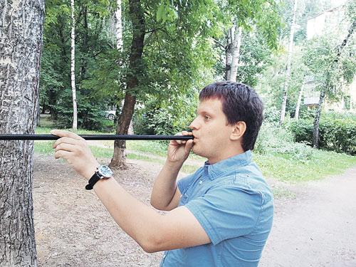 Корреспондент «КП» Олег Адамович держит специальную трубку - из нее ловцы стреляют дротиками.
