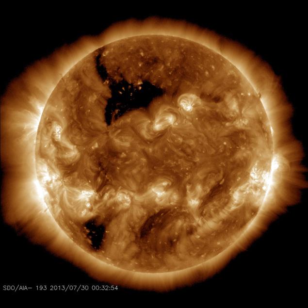 Ныне - 30 авгста 2013 года - на стооне Солнца, обращенной к Земле, видна небольшая дыра