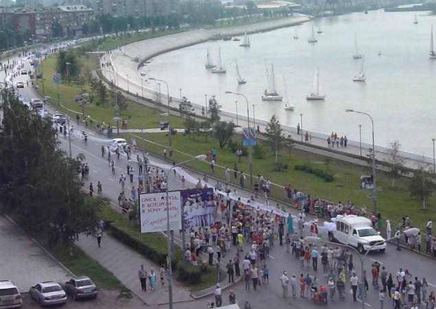 Тысячи омичей пришли на набережную, чтобы понаблюдать за церемонией.