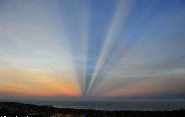 Скорее всего иллюзию дороги создают лучи, бьющие сквозь облака на горизонте