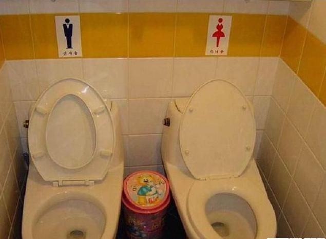 Оригинальное решение проблемы: два унитаза. Довольны все — мужчины, женщины и маленькие мальчики