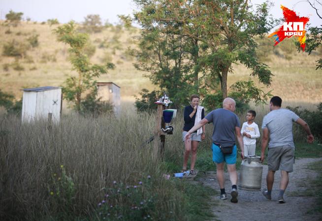 Утро в лагере археологов начинается с того, что сюда несут воду