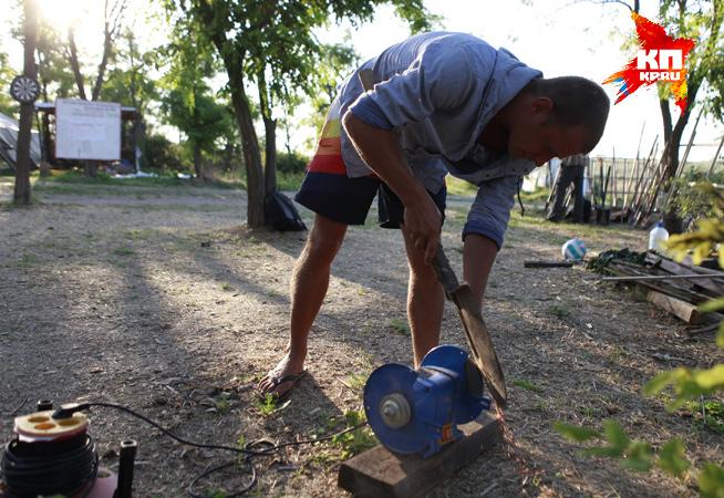 Перед тем, как начать раскопки, в лагере приводят в порядок лопаты