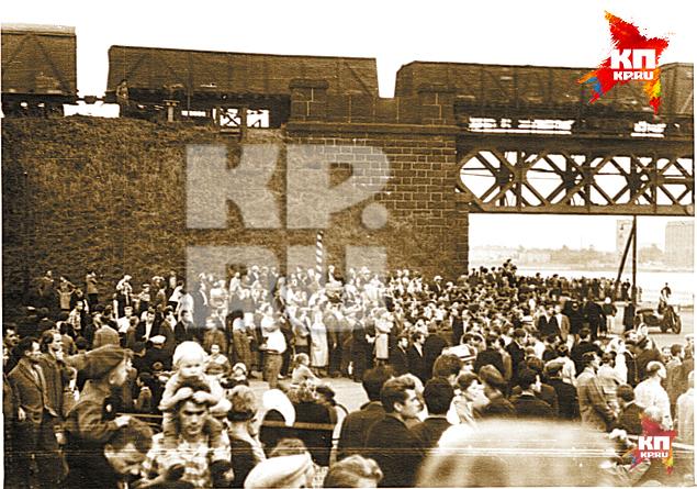 Толпы ленинградцев, пришедших посмотреть на спасшийся авиалайнер.