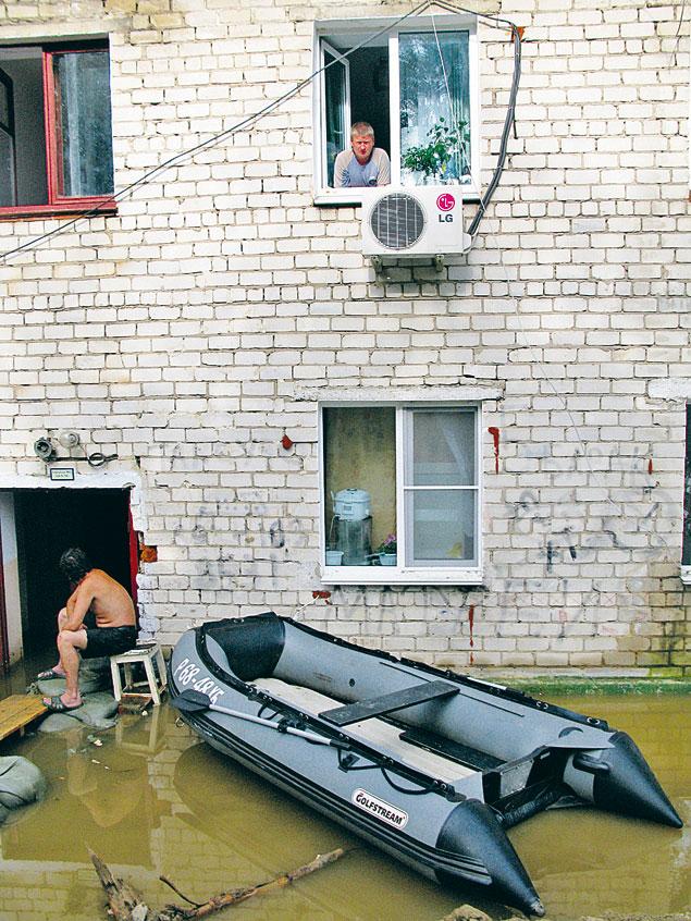 Местные жители не сдаются. Недавно ездили по дорогам на авто, а теперь плавают по ним на лодках, но свое жилье не оставляют.