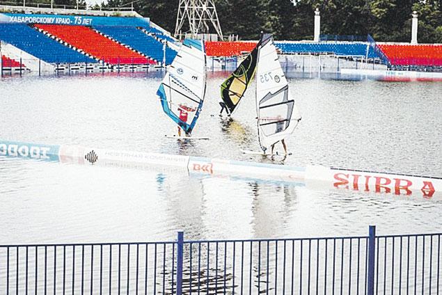 Затопленное футбольное поле превратилось  в бассейн, и его тут же захватили виндсерферы.