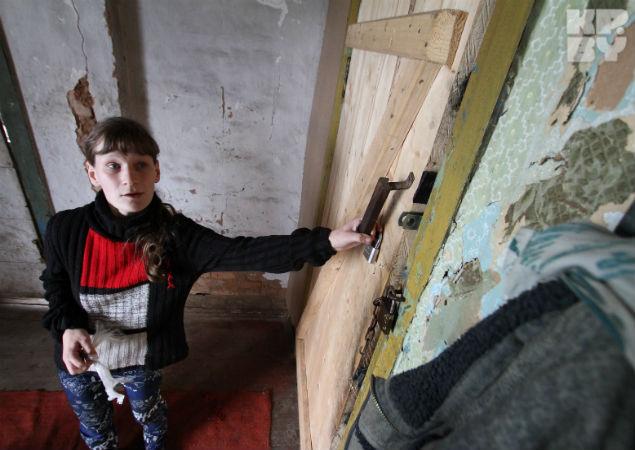 Недавно сбитые деревянные двери совсем недавно начали сохранять тепло нежилого дома