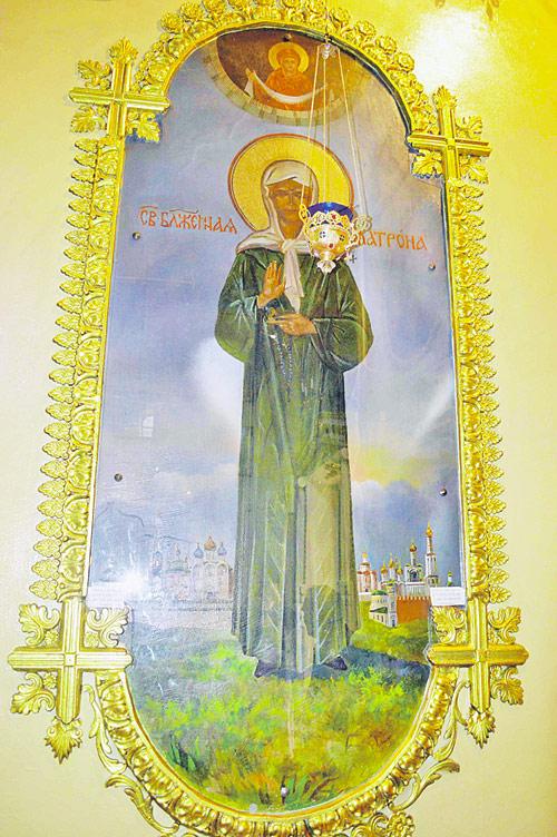 Лик Матроны Московской явно посветлел (1),  на иконе появились светящиеся лучи (2),  да и нимб стал ярче (3).