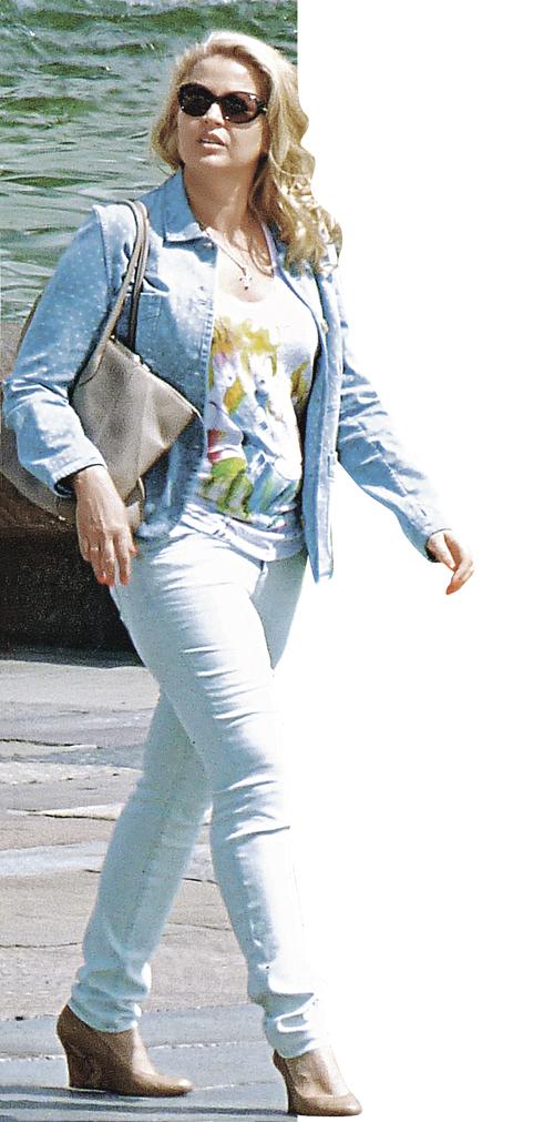Здесь отчетливо просматривается электронный браслет, который определяет ее местонахождение во время прогулок по городу