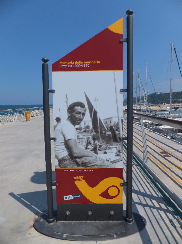 Дорогие яхты - дело хорошее. Но в Каттолике решили отдать дань уважения простым труженикам моря. На променаде, идущем вдоль марины, устроили выставку старых фотографий. На портретах - моряки, рыбаки, парусные мастера...