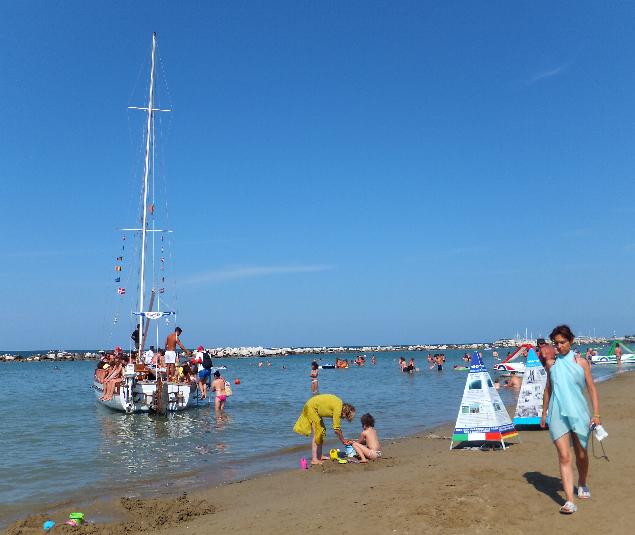 Пляжи в Каттолике суперцивизилованные и при этом многолюдные. Нравятся ли вам такие - решайте сами.