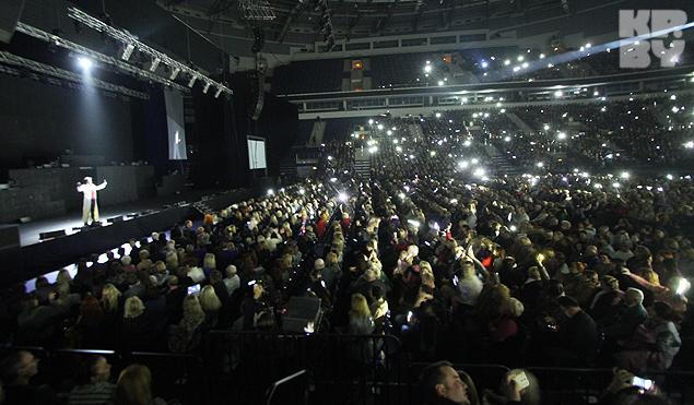 Под песню Земфиры зал зажегся множеством огоньков.