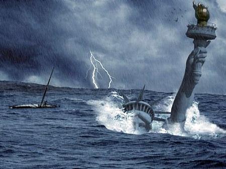 У фільмі-катастрофі «Післязавтра» режисера Роланда Еммеріха статую Свободи спочатку накриває цунамі