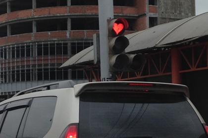 Позитивный светофор с сигналами в виде сердца появился в Иркутске