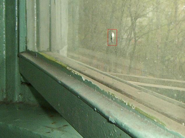 Странные дырочки в окнах - даже с внутренней стороны - находят и в России