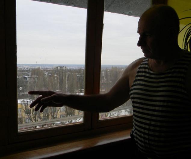 В окне брянского пенсионера МВД Алексея Ивашкова дырочка появилась 8 марта 2013 года. Из рогатки до его квартиры не дострелить - высоко.