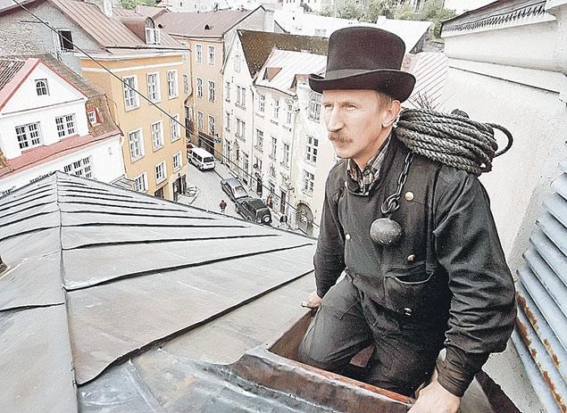 Символом Таллина всегда был трубочист. Сегодня и он рванул бы на заработки в Европу.