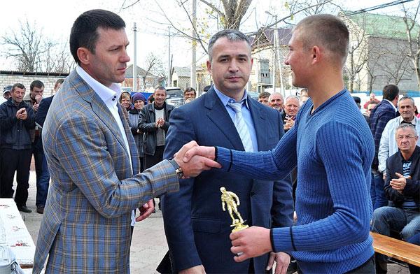 Команда Steaua сделала двойной дубль благодаря Фонду IFAVIS (вице-президент Валерий Заболотный - в центре.