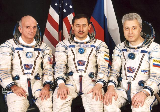 Тито (крайний слева) перед турполетом на МКС