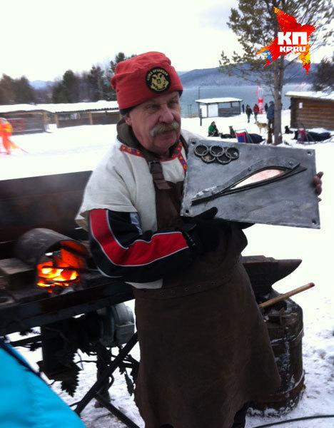 В Байкал погрузили памятную плиту, выкованную кузнецами в музее Тальцы.