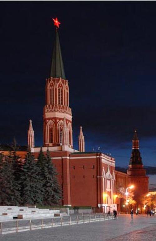 В 1935 году орлов, венчавших Спасскую, Никольскую, Боровицкую и Троицкую башни, сняли. Вместо них установили рубиновые звезды.