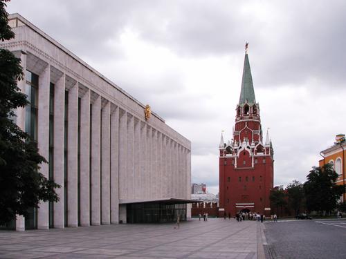 Во второй половине 20 века рядом с Троицкими воротами был построен Дворец съездов