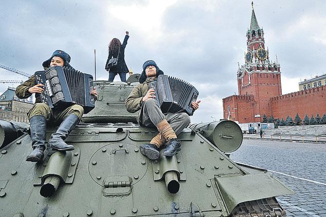 Красная площадь принимала как своих участников торжественного марша в честь легендарного парада 7 ноября 1941 года.