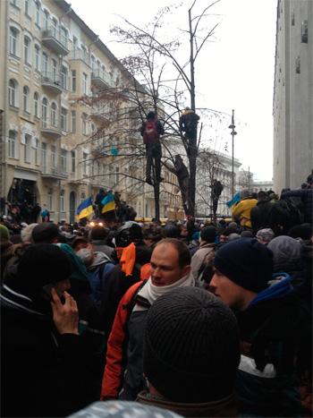 Банковская ожидаемо забита демонстрантами.