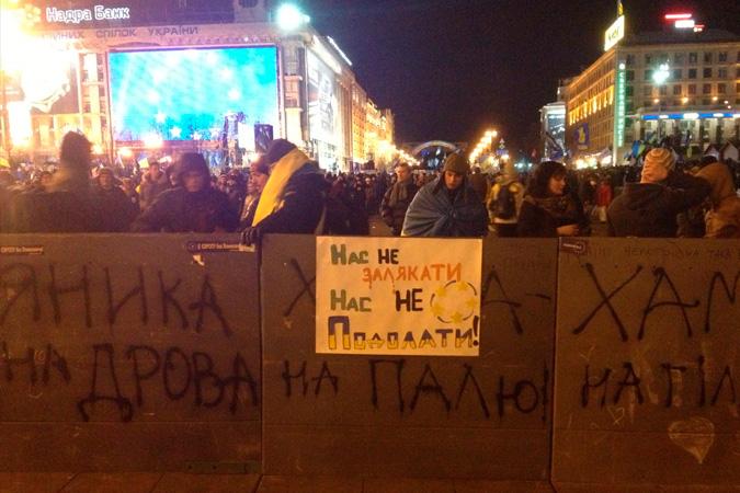 Митингующие построили баррикады.