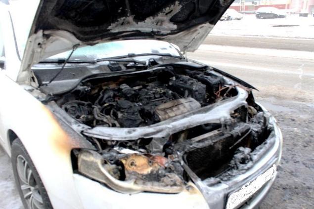 Хозяин автомобиля пытался потушить его сам
