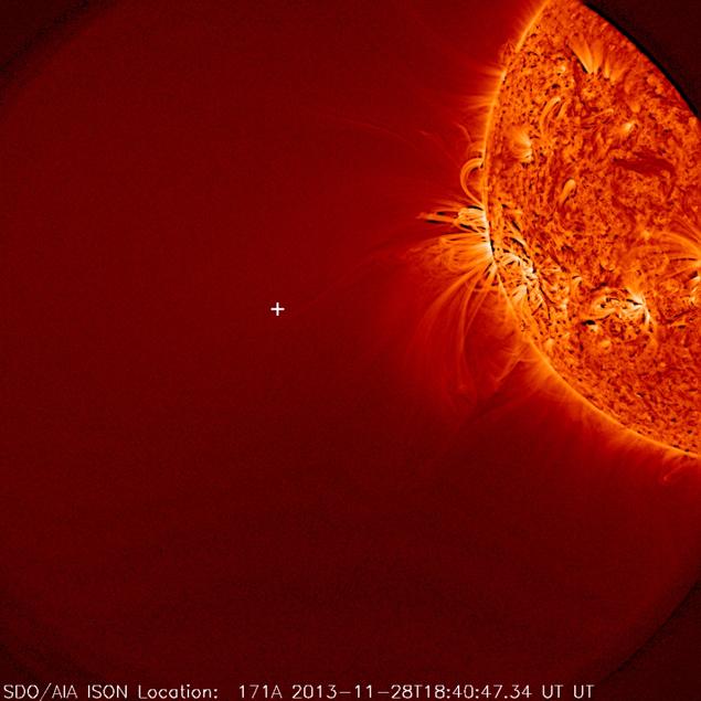 Снимок с обсерватории SDO, который дал основание утверждать, что комета испарилась. Крестиком обозначено место, где она долна была бы быть