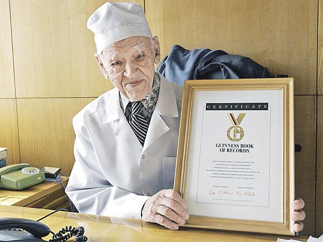 Столетний академик Федор Углов попал в Книгу рекордов Гиннесса как старейший в мире практикующий хирург! Еще рекорд - от очков избавился в 95 лет по методу Жданова.