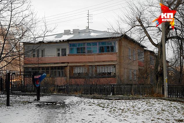 А в этом доме Елена Корнева жила со своим первым мужем и их сыном