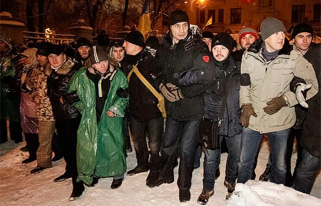 В первых рядах оппозиции, рука об руку со своими сторонниками - Владимир Кличко.