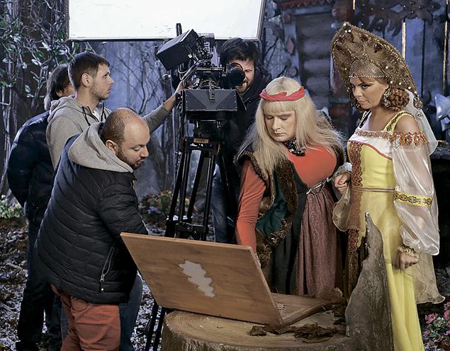 Режиссер Александр Игудин (слева) учит Бабу-Ягу обращаться с макдубом - первым отечественным ноутбуком.