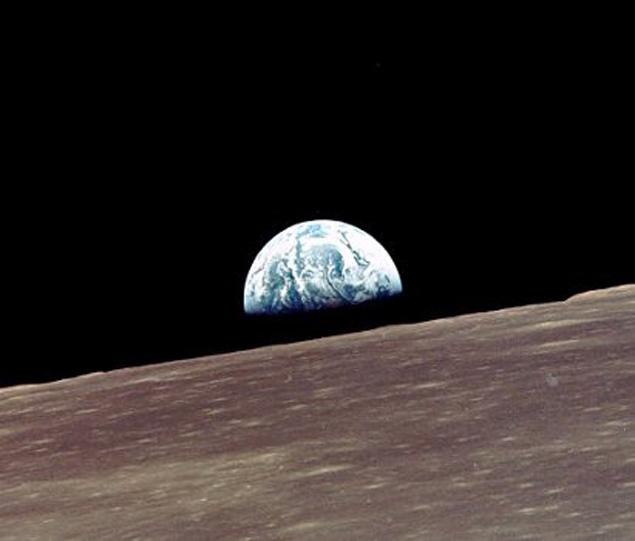 Поверхность Луны, снятая с борта